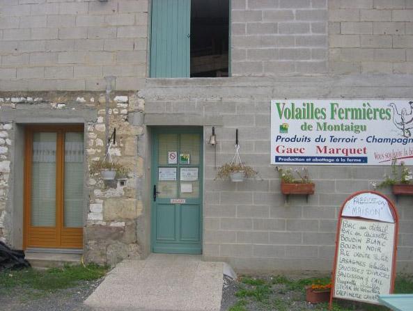 Είσοδος επιχείρησης vente directe όπου πωλείται, μεταξύ άλλων, κρέας πουλερικών και χοιρινό από ομάδα παραγωγών (Gaec Marquet)